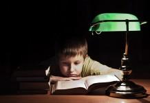 Junge vor Buch