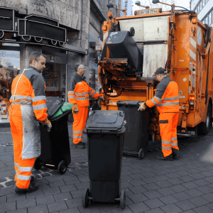 Müllwerker bei der Arbeit Bild: bonnorange