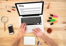Blogger schreibt am Notebook