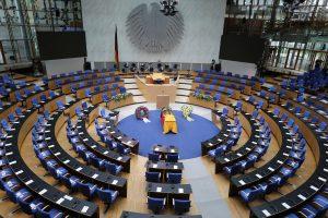 Der Sarg Genschers aufgebahrt im ehemaligen Plenarsaal.