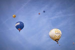 Einige der Heißluftballone über der Rheinaue und später über dem südlichen Bonn