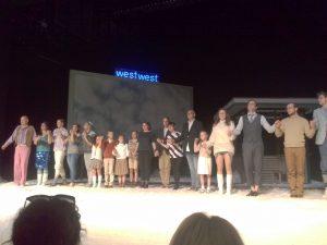 """Premierenapplaus bei Kafkas """"Das Schloss"""" mit Regisseurin Mirja Biel (c) as"""