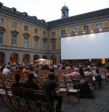 Innenhof der Universität Bonn während der Stummfilmtage 2009