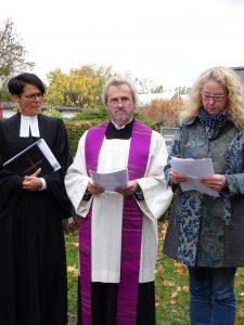 Pfarrerin Schuster, Pfarrer Kauth und Birgit Fisch, Vositzende der Siedlergemeinschaft Auerberg