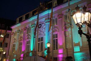 Das Alte Rathaus in dezent buntem Licht, eine Betonung der barocken Fassade.