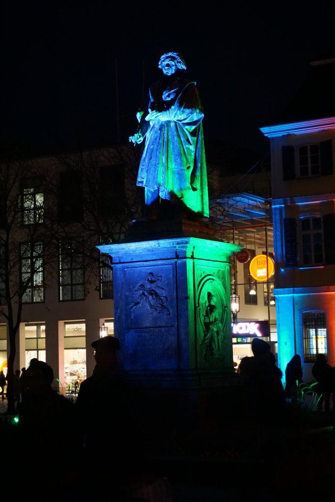 Natürlich war auch das Beethovendenkmal in buntes Licht gehüllt.