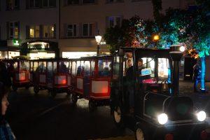 Der City-Light-Express konnte sich nur mühsam durch die Menschenmassen schlängeln.