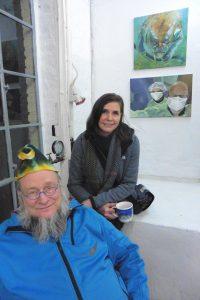 Nina Herold mit neuen Acrylbildern und Ausstellungsbesucher (c) as
