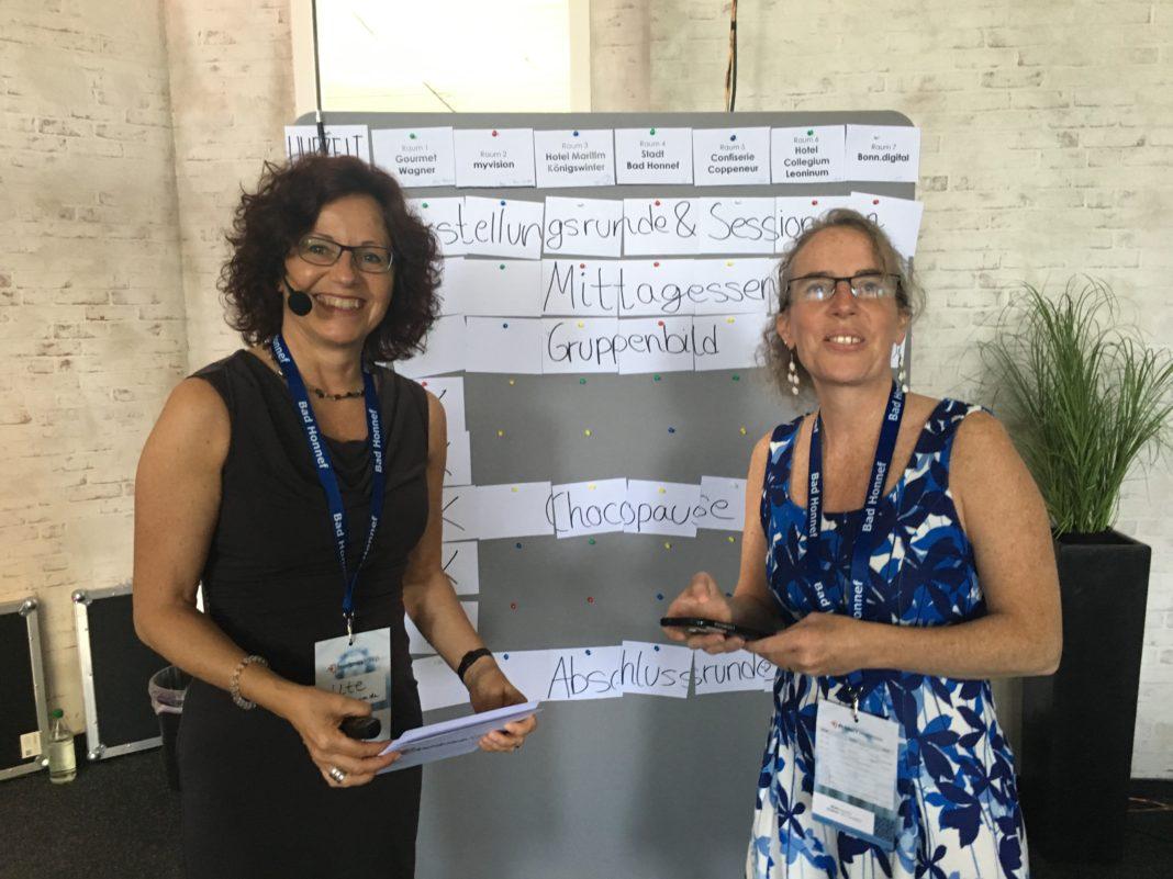 Die Organisatorinnen des TourismusCamps 2017 vor dem zu füllenden Sessionplan.