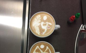 Drei Tassen Kaffee mit gestalteten Milchschaum.