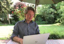 Severin Tatarczyk sitzt im Garten an seinem Laptop