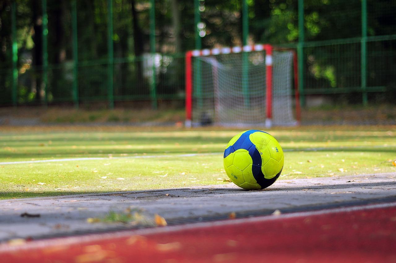 Fußball am Sportplatzrand